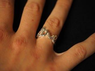 Jak sundat těsný prsten?