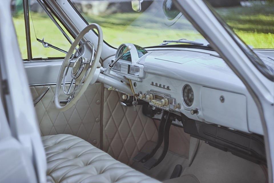 Jak vyčistit špinavé rohožky v autě?