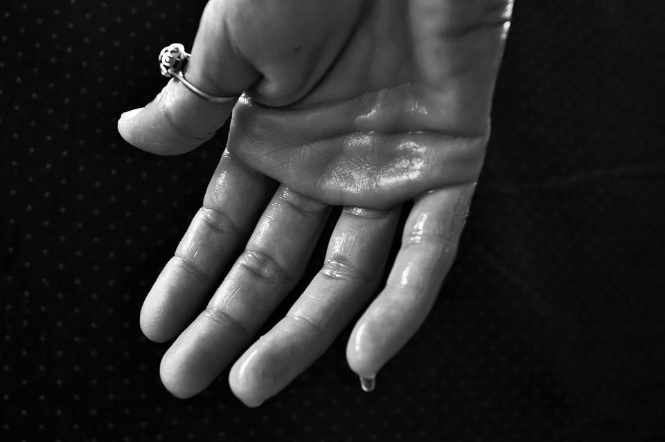 Jak se zbavit pocení rukou?