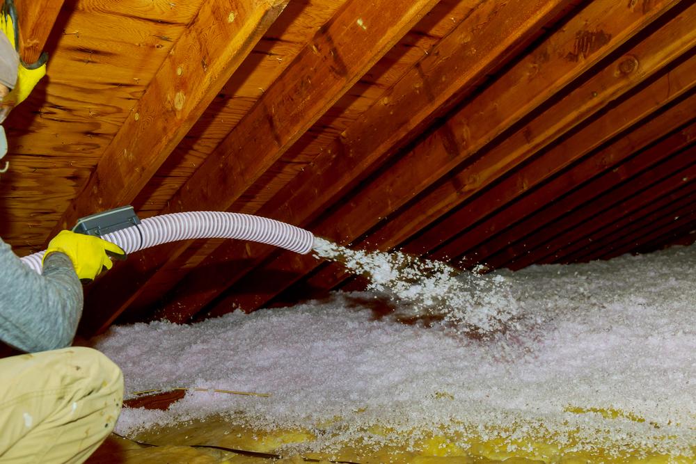 Foukaná tepelná izolace může být buď celulózová, nebo minerální