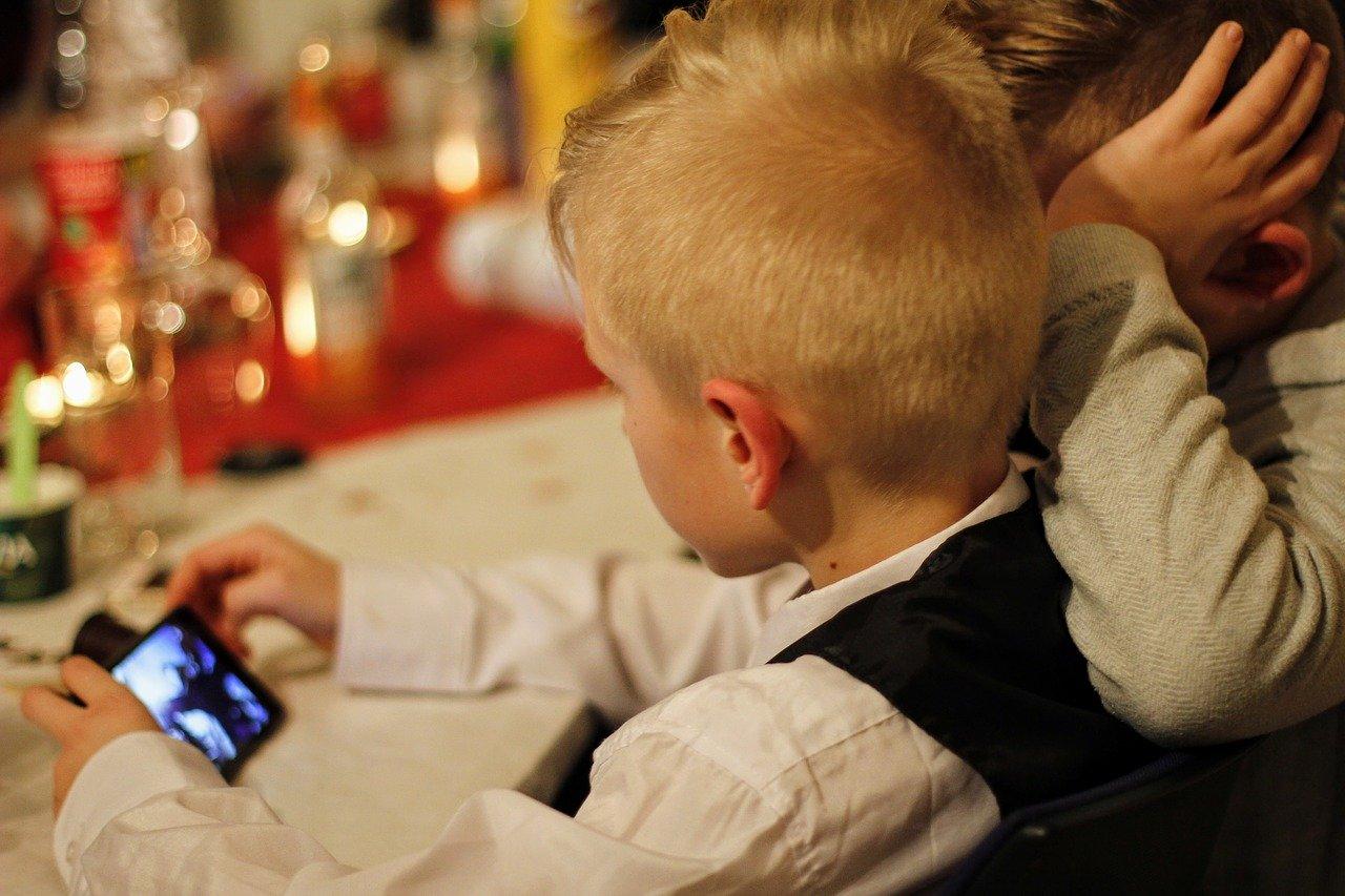 Proč omezit mobilní telefony u dětí?