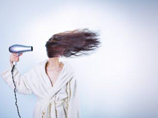 Chyby, kterých se většina dopouští při fénování vlasů. Děláte je také?