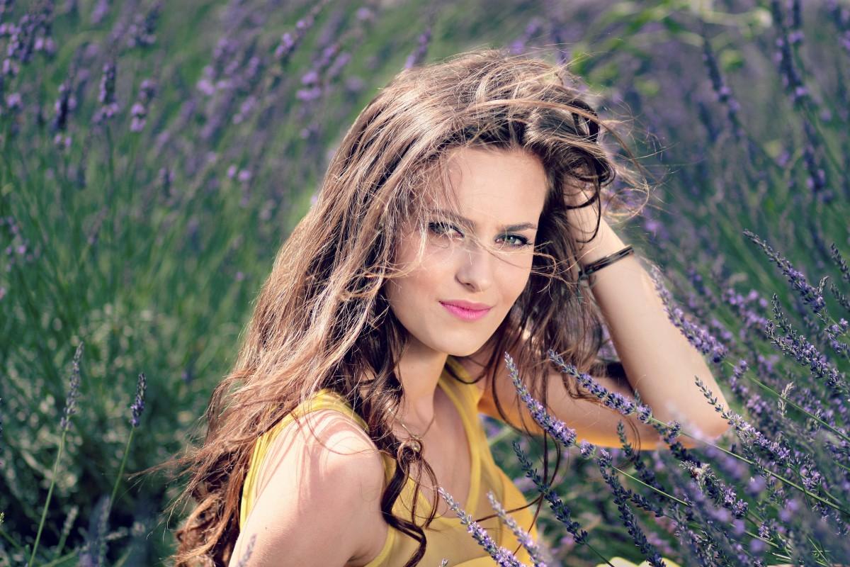 Různé alternativy šamponu, které najdete ve své spíži